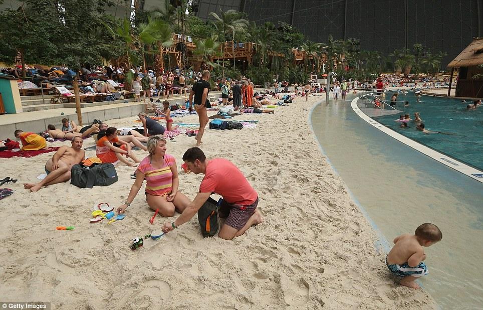 пляж в ангаре