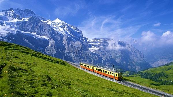 поезд в Альпах