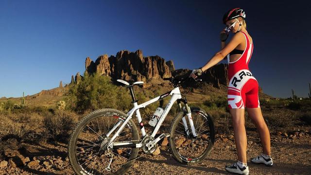 Девушка на гором велосипеде