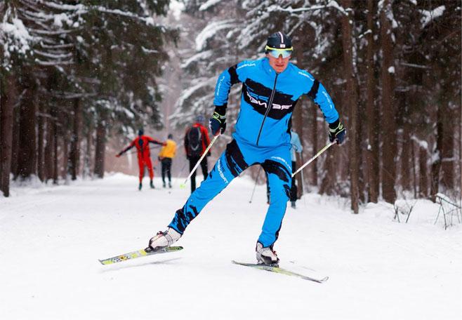лыжник идёт коньком