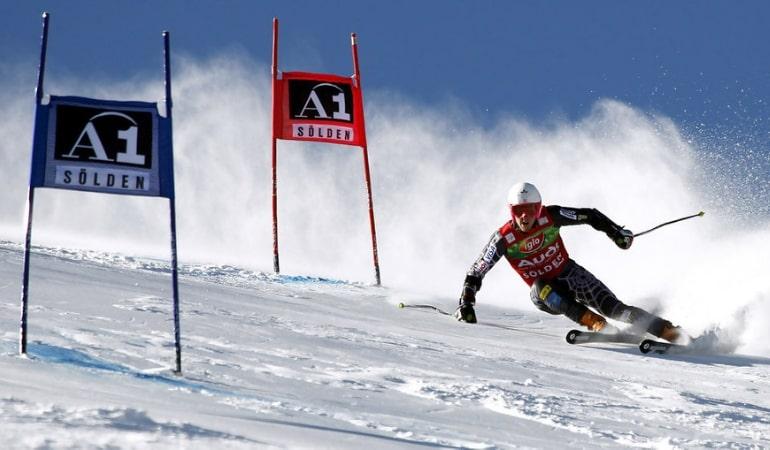 Спуск лыжника с горы