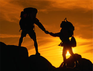 турист помогает идти другу